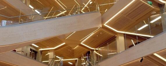 Riesige Holz-Treppe als Attraktion